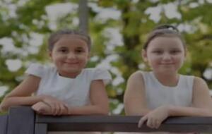 12 yaşındaki ikiz kızlar yaz tatili için gelmişlerdi