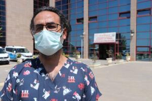 """Doç. Dr. Hakan Akelma, hastanedeki yoğun bakım doluluk oranının yüzde 70 olduğunu söyledi. Aşılanmanın önemine dikkat çeken ve aşısız hastalarda yaş sınırının düştüğünü belirten Akelma, """"Odam morga yakın ve o odaya gitmek istemiyorum. Çünkü her gün neredeyse 15- 20'ye yakın cenaze çıkıyor ve oradaki feryatlar beni çok etkiliyor"""" dedi."""