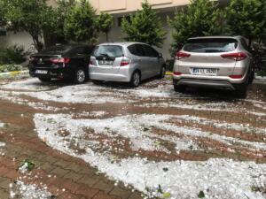 Hava durumu aşırı sıcaklar nedeniyle vatandaşları bunaltıyor. Kavurucu sıcaklar hafta sonu gidiyor. İstanbul'a ise cumartesi günü aşırı yağış ile dolu geliyor. Tüm yurtta etkili olan aşırı sıcak havalar hafta sonu gidiyor. Yerini serin havaya bırakacak. Cuma günü tüm yurtta hava sıcaklığı ani yükseliş gösterecek ve İstanbul'da termometrenin 40 dereceyi aşması bekleniyor. Cumartesi günü gece saatlerinden itibaren sıcaklık bir anda 7-8 derece birden azalacak ve İstanbul'da sabah ve öğlen saatlerinde kuvvetli meteorolojik hadiselere yani sağanak, dolu ve ani fırtınalar görülecek.