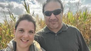 """Son isteği 'çocuklarım aşılansın' oldu ABD'nin Teksas eyaletinin Galveston şehrinde yaşayan dört çocuk annesi Lydia, fazla zamanının kalmadığını hissettiğinde aile üyelerinden kendisine bir söz vermelerini istedi: """"Lütfen çocuklarımın aşılanmasını sağlayın."""" Müzik öğretmeni kız kardeşine telefonda söylediği bu sözler Lydia'nın ölüm döşeğindeki son dileğiydi. Lydia Rodriguez, 16 Ağustos günü hayatını kaybetti. Lydia'dan sadece iki hafta önce de 49 yaşındaki eşi Lawrence Rodriguez, COVID'le daha fazla savaşamamış ve yaşamını yitirmişti. Dottie, """"Lydia ve Lawrence yoğun bakımda yan yana yataklarda virüsle savaştı ama ikisi de yenildi"""" diye konuştu."""