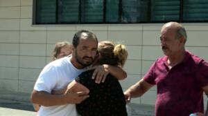 Antalya'nın Alanya ilçesinde ailesiyle birlikte tatil yapan 8 yaşındaki Ali Kemal Güler'in Kargıcak Mahallesi'ndeki 5 yıldızlı Kırbıyık Otel'in havuzunda boğularak ölmesiyle ilgili soruşturmayı yürüten jandarma, 3 kişiyi gözaltına aldı. Dün saat 13.40'ta meydana gelen olayın ardından otele gelen jandarma ekipleri, havuzun sorumluları Gökhan A. (36), Ahmet Ö. (33) ve Murat K.'yi (25) gözaltına alarak karakola götürdü. Sorguları süren ve bugün adliyeye çıkartılması beklenen 3 şüphelinin, çocuğun boğulduğu sırada görev yerlerinde olmadıkları öğrenildi.