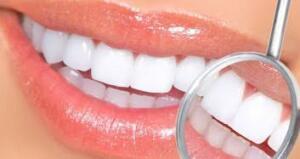 Gliserin: Anti bakteriyel özelliğiyle bilinen gliserin, hem dişlerinizi beyazlatacak hem de ağzınızdaki mikropları öldürerek çürümeye karşı gelecektir. Dişlerinizi fırçaladıktan sonra birkaç damla gliserini dişlerinize uygulayın. – Defne Yaprağı ve Portakal: Un haline getirdiğiniz kuru defne yapraklarıyla rendelediğiniz portakal kabuğunu karıştırın. Portakal dişleri beyazlatır, defne ise mikropları öldürür.