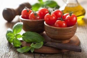 Bazen yanı başınızdaki besinlerin ne kadar faydalı olduğunu unutursunuz, sahip oldukları besin değerlerini fark edemezsiniz. Örneğin domatesin içinde birçok faydalı bileşen bulunur: Vitaminler (A, C, K, B6, folik asit, tiamin) Mineraller (potasyum, manganez, magnezyum, fosfor, bakır)