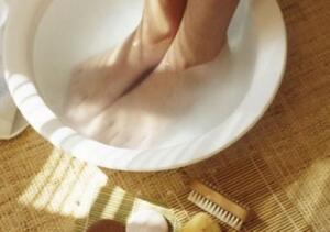 1. Sıcak Su Banyosu Ayakları günde birkaç defa sıcak suda bekletmek tırnak batması nedeniyle görülen şişme, ağrı ve hassasiyeti giderir. Küçük bir ayak küvetini ılık su ile doldurun. Ayaklarınızı bu suda 15 ila 20 dakika boyunca ıslatın. Etkili sonuçlar için bu yöntemi günde 3 ila 4 kez tekrar edin.