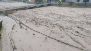 """Kastamonu'da etkili olan kuvvetli yağmur, 8 ilçede sele neden olurken, köprüler yıkıldı, araçlar sürüklendi, mahsur kalan çok sayıda kişi kurtarıldı. Vali Avni Çakır, şu ana kadar kayıp ihbarı olmadığını ancak Bozkurt'ta bazı kişilerin, binaların çatısında mahsur kaldığını söyledi. En çok etkilenen ilçelerden biri ise Bozkurt oldu. Bozkurt İlçe Belediye Başkanı Muammer Yanık, yaşanan felaketi, """"ilçemizin yok oluşunu seyrediyoruz"""" sözleriyle anlattı. Felakete ilişkin açıklama yapan Bakan Soylu, bazı bölgelerde su yüksekliğinin 4 metreye ulaştığını söyledi."""