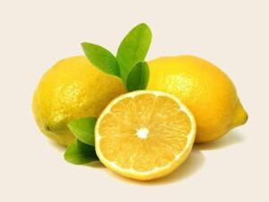 Ateşe Faydaları: Limon suyu; soğuk algınlığı, grip veya yüksek ateşten mustarip olan kişilere iyi gelir. Hastalık esnasında artan ateş ve terlemeyi engeller. Dişlere Faydaları: Limon suyu diş bakımında kullanılır. Taze limon suyu diş ağrısına iyi gelir ve ağrıyı geçirir. Bunun yanında limon suyu diş eti hastalıklarına ve kanamalarına, ağız kokusuna iyi gelir. Bunların yanında destekleyici element olarak limon suyu normal diş temizliğinde de kullanılabilir. Bunun için diş fırçanıza koyduğunuz diş macununun üzerine birkaç damla limon suyu sıkarak dişlerinizi fırçalayabilirsiniz. Ayrıca, limonun kabuğuyla dişlerinizi ve diş etlerinizi ovabilirsiniz. Limon yüksek derecede asit içerdiği için yanma hissi verebilir, bu durumda hemen ağzınızı çalkalarsanız yanma geçer.