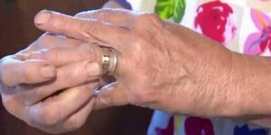 Kanada'nın Alberta şehrinde yaşayan 84 yaşındaki Mary, seneler önce kaybettiği eşi Norman'ın ona vermiş olduğu nişan yüzüğünü 13 yıl önce tarlada ot yolarken kaybetmiş. Gelini, kayınvalidesinin kayıp nişan yüzüğü hikayesini iyi biliyordu! Çift 1952 yılında evlenmiş ve yüzüğü eşi Norman ona 1951 yılında vermişti.