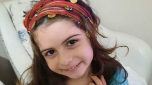 """Rize'de lösemi tedavisi gören 6 yaşındaki Elisa Yenigün, koronavirüs nedeniyle hayatını kaybetti. Anne Neriman Yenigün, """"Kızım belki de lösemiyi yenecekti ama Kovid-19'u yenemedi"""" dedi."""