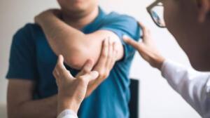 COVID-19 aşısını olduktan sonraAşıdan sonra ne sizi neler bekliyorDiğer tüm aşılarda olduğu gibi, COVID-19 aşısı olduktan sonra bazı yan etkiler görülebilir.Comirnaty sonrası sık görülebilen yan etkiler şunlardır: Aşı yapılan yerde şişlik ve ağrı Baş ağrısı, Yorgunluk, Titreme, Kas ağrıları, Ateş, Eklem ağrısı