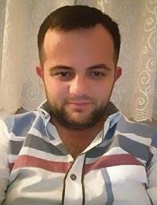 Ordu'nun Kabadüz ilçesine bağlı Başköy Mahallesi'nde yaşayan Mustafa Altıntaş ile annesi Hamide Altıntaş ve anneannesi Ayşe Yılmaz, rahatsızlanınca hastaneye gitti. AYNI AİLEDEN 3 KİŞİ ART ARDA VEFAT ETTİ Ailenin Kovid-19 testleri pozitif çıktı. Durumu ağır olan Ayşe Yılmaz, hastanede yoğun bakıma kaldırıldı ancak yapılan tüm müdahalelere rağmen 24 Ağustos'ta hayatını kaybetti. Durumları ağırlaşınca hastaneye kaldırılan Hamide Altıntaş 25 Ağustos'ta, oğlu Mustafa Altıntaş ise 26 Ağustos'ta hayatını kaybetti. Ölen 3 kişi, köyde toprağa verildi. AŞI YAPTIRMADIKLARI ORTAYA ÇIKTI Kabadüz Belediye Başkanı Yener Kaya, ölen ailenin aşılarını yaptırmadıklarını belirtti. Bu arada, ailenin bazı fertlerinin de de koronavirüs karantinasında bulunduğu belirtildi.