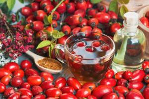 Kuşburnu çayı Grip ya da nezle olunduğunda ıhlamurla birlikte akla en çok gelen diğer bir isim de kuşburnu oluyor. Tam bir C vitamini deposu sayılan, antioksidan özellikleriyle bağışıklık sistemini güçlendiren bu kırmızı meyve, çayıyla kuru öksürüğe de çare olmayı başarıyor.