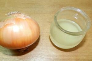 Soğan kürü, soğanı yemeklerde kullanmak dışında en bilinen kullanım şekillerinden biri aslında. Kış hastalıklarıyla mücadeleden tutun miyom, polikistik over, prostat büyümesi gibi birçok hastalığa karşı iyi geldiği söylenen bu kürün yapımı da çok kolay üstelik. Yaklaşık 2 su bardağı klorsuz içme suyuna 1 orta boy açık kahverengi kabuklu soğan olacak şekilde malzemeleri hazırlayın. Soğanı kabuklarıyla kullanacağınız için öncesinde mutlaka güzelce, üzerinde kir kalmayacak şekilde temizleyin. Ardından suyu kaynatıp soğanı dörde bölerek içine atın. Bu şekilde de 5 dakika kadar kaynatın ve ılıması için bir kenarda bekletin. Ardından suyunu süzüp günde iki kez, yemeklerden yaklaşık 10 dakika önce için.
