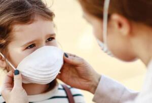 """Norovirüs'ün dünyadaki ishalli hastalıkların en sık nedeni olduğuna dikkat çeken Prof. Dr. Yavuz, bu enfeksiyonun da kolaylıkla salgınlara yol açabileceğini söyleyerek """"Norovirüs salgın yapabilir. Çünkü çok kolay bulaşabilir. Kovid gibi kapalı ortamlarda, yakın temasta bulaşma riski artar. Hızlı yayılır. Mesela sınıfta bir çocuk kustuğunda o sırada çevreye yayılan partiküllerden bile diğer çocuklara bulaşabilir. Çok çok kolay yayılabilen bir virüs"""" dedi."""