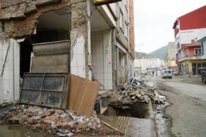 Kastamonu'da şiddetli yağışın ardından 11 Ağustos'ta ilçedeki Ezine Çayı'nın taşması, can kayıplarının yanı sıra iş yerleri ile çok sayıda evin su ve balçık altında kalmasına neden oldu. Selde ilçede bulunan birçok işyeri yıkıldı, birçok işyeri de zarar gördü. Bu işyerlerinde bir tanesi de ilçede kuyumculuk yapan Harun Akın'ın dükkanı oldu. Kuyumcu Harun Akın, sele işyerinde yakalandı. Selin ardından yapılan aramada Harun Akın'ın cenazesi, kuyumcu dükkanında bulundu. Ayrıca işyerinde yapılan aramada da ilk etapta 500 gram civarında bir altın bulundu. Hasar tespit çalışmaları sırasında selde hayatını kaybeden Harun Akın'ın oğlu 24 yaşındaki Feridun Akın'a işyerindeki zarar ile ilgili tutanak tutuldu.