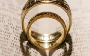 Eşlerin Dikkat Etmesi Gereken Kurallar Her tür problemde Hz. Peygamber Efendimizi sorup öğrenen sahabelerin hanımları da cinsel hayatla ilgili her tür sorunlarını sorarak bilgi almışlardır. Sahabeden biri hanımına üreme organından olma şartıyla arka kısmından yaklaşmak isteyip hanımı da bu duruma karşı çıkmıştır. İslam dininde evlilikte haram olan cinsellikler de mevcuttur. Dinimizce ilişki nasıl olmalı diyenler için İslam dininin evlilik kurumuna getirdiği kurallardan da bahsetmemiz gerekir. Eşlerin evlilikte cinsel hayatta dikkat etmesi gereken kurallar vardır.