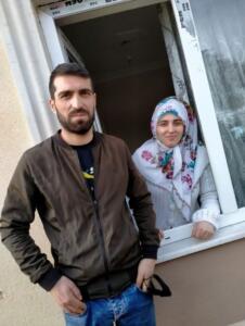 """POLİS, ŞÜPHELİYLE EVLERİNE GİTTİ İHA'da yer alan habere göre eşinin ölmesinin ardından gece dışarıya çıkan Mehmet Senem, devriye atarken kendisinden şüphelenerek durduran polis ekiplerine, """"Eşimle kavga ettim, hava almaya çıktım"""" dedi. Şahsın konuşmalarından şüphelenen polis ekipleri, gittikleri evde ise Hatice Senem'i yerde kanlar içinde hareketsiz yatarken buldu."""
