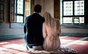 """Peygamber Efendimizin zamanında Hifa Hatun isminde biri sahabe annemiz vardı. Bu hanım sahabe çok ama çok güzeldi. Onunla evlenebilmek için bir çok sahabe kese kese altın yollar, kimi develer hediye ederdi ama Hifa Hatun hiç birini kabul etmezdi. Bir gün Hifa Hatun, Peygamber Efendimize (s.a.v); """"Ey Allah'ın Resulü bana öyle bir ibadet buyurun ki Allah'ın rızasını kazanayım."""" der."""