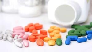 """Bu tür çayların ve bu maddeyi içeren bitkisel ilaçların tüketilmesi ile uzun dönemde diyalize gerek duyan kronik böbrek yetersizliğinin, hatta idrar yollarında kanser geliştiği iyi bilinmektedir. Bu nedenle çok fazla bilinmeyen zayıflama çayları gibi bitkisel ürünlerden uzak durulması gerekiyor."""" Yıldız, diğer hastalıklara bağlı ilaç kullanımının da doktor kontrolünde böbrekler düşünülerek uygulanması gerektiğini kaydetti."""