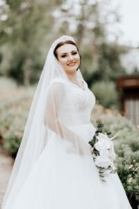"""Demirören Haber Ajansı'na (DHA) yaşananları anlatan gelin B. B. K, eşinin ailesinin takıları istemesi üzerine tartışma çıktığını söyledi. Boşanmak için avukat aracılığıyla işlemlere başladığını belirten B. B. K, """"Eşimle evlenme aşamasında olduğumuz zaman zarfında ve evlendikten sonra da eşimin ailesinin bize karışması nedeniyle tartışmalarımız başladı. Eşimin ailesi, giyim tarzıma, örf ve adetlerime karışmaya başladı. Evlendikten sonra da düğünde takılan altınları bizden istediler. Altınları vermek istemedim. Bana 'altınlar bizde duracak, biz saklarız' diye ısrar ettiler. Ben de altınlar 'bize ait, gerekirse bankada kasada saklarım' dedim. Bu nedenle eşim ve ailesi ile aramızda huzursuzluk başladı, devamlı tartışıyorduk. Eşim zaman zaman ailesinin evine gidip geri geldiğinde devamlı olarak benimle tartışma ortamı yapıyordu. 'Ailem ne derse, o olacak' diyordu"""" dedi."""