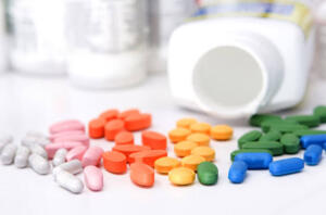 """Romatizma ilacı sınıfındaki bu ağrı kesicilerin özellikle migren gibi kronik ağrısı olan hastalarda uzun süreli kullanımı, böbrek fonksiyonlarının kalıcı kaybına ve sonuçta kronik diyaliz ihtiyacına neden olabilmektedir. Bu nedenle özellikle yaşlı ve böbrek hastalığı olan kişilerin ağrı kesici ihtiyacı olduğunda böbreklere daha az zararlı ilaçlar kullanmalıdır."""" Yıldız, böbrekleri korumak için gereksiz ilaç kullanımından kaçınmak gerektiğini ifade etti."""