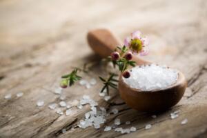 Epsom Tuz Bilimsel anlamda magnezyum sülfat olarak bilinen ingiliz tuzu, tırnak batmasının tedavisinde oldukça etkilidir. Bu tuz etkilenen alanın çevresinde ki cildi yumuşatmaya yardımcı olur ve batık tırnağı kolaylıkla dışarı doğru çeker. Ayrıca iltihabın tedavisine de yardımcı olur. Ilık su ile dolu bir ayak küvetine 1 yemek kaşığı Epsom tuz katıp karıştırın.Ayaklarınızı 20 dakika boyunca bu suda bekleterek ıslatın.Ayaklarınızı sudan çıkarttıktan sonra iyice ayakları kurulayın.