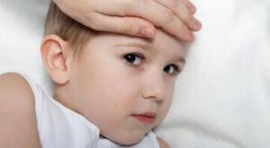 """Kovid'le karıştırılmamalı Norovirüs. Her ne kadar Kovid de ishalle seyretse de bazen, genelde solunum yolu semptomları da eşlik eder. Ateş olur. Burun akıntısı, boğaz ağrısı, Norovirüs'te bunları pek görmeyiz. Solunumsal semptomlarla, tat koku kaybı vs. beraber ishal varsa belki Kovid yönünde düşünülebilir. Okula yeni başlayan çocukların velileri belki endişeli olabilir ama eski veliler Norovirüs'ü biliyor aslında. Ama geçen yıl çocuklar hiç okula gitmediği için, unutuldu biraz. Bunun için de belki kaygılar fazla. Endişe etmeye gerek yok ama hasta olan çocukların kesinlikle okula gönderilmemesi lazım. Hem Kovid hem de diğer viral enfeksiyonların yayılmasında en kritik nokta bu aslında"""" diye konuştu."""