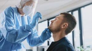 Bakanlık, işverenlerin, koronavirüs aşısı olmamış işçileri bilgilendirmesini istedi ve işverenlere, aşı olmamış işçilerden haftada bir kez PCR testi isteme yetkisi tanıdı.