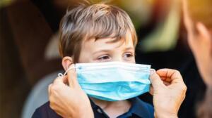 """Prof. Dr. Mehmet Ceyhan, çocuklarda görülen koronavirüs vakalarının klinik tablolarında farklılıklar olduğunu söyledi. Ceyhan, """"Eskiden ateş, baş, vücut ağrısının, tat alma duyusunun bozukluğunun ön planda olduğu bir tablo varken, şimdi daha çok soğuk algınlığı tablosu ön planda. Bu da Delta varyantının klinikte yaptığı bir değişiklik. Aileler, burnu akan bir çocuğu koronavirüs olabilir diye düşünmeleri lazım"""" dedi."""
