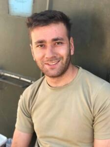 """Suriye İdlib'de, İdlib Gerginliği Azaltma Bölgesi'nde arama tarama faaliyeti sonrası intikal sırasında düzenlenen saldırıda 2 asker şehit oldu, 3 asker yaralandı. MSB'den yapılan açıklamada, """"İdlib Gerginliği Azaltma Bölgesinde, 11 Eylül 2021 tarihinde Arama/Tarama faaliyeti sonrası intikal halinde olan bir unsurumuza yapılan saldırı sonucunda iki kahraman silah arkadaşımız şehit olmuş, üç kahraman silah arkadaşımız ise yaralanmış ve derhal hastaneye sevk edilmiştir. Bizleri derin bir acı ve üzüntüye boğan bu olayda hayatını kaybeden aziz şehitlerimize Allah'tan rahmet, kederli ailelerine, Türk Silahlı Kuvvetleri ile asil milletimize başsağlığı ve sabır, yaralılarımıza da acil şifalar dileriz"""" denildi."""