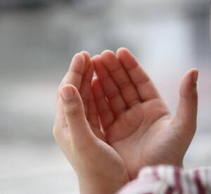 Namazı Vaktinde Kılmak. Namazı zamanında kılmak, vakti geçirmemek, kaza yapmamak; ﻭَﺍْﻣُﺮْ ﺍَﻫْﻠَﻚَ ﺑِﺎﻟﺼَّﻠٰﻮﺓِ ﻭَﺍﺻْﻄَﺒِﺮْ ﻋَﻠَﻴْﻬَﺎ ﻟَﺎ ﻧَﺴْﭙَﻠُﻚَ ﺭِﺯْﻗًﺎ ﻧَﺤْﻦُ ﻧَﺮْﺯُﻗُﻚَ ﻭَﺍﻟْﻌَﺎﻗِﺒَﺔُ ﻟِﻠﺘَّﻘْﻮٰﻯ Ailene namazı emret, kendin de ona sabırla devam et! Biz senden rızık istemiyoruz. Seni biz rızıklandırıyoruz. Sonuç takvanındır! (TÂHÂ suresi 132. ayet)