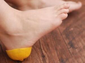 Zeytinyağı ile çatlak bölgeyi yumuşatın Zeytinyağı şifa kaynağı olduğu için cildinizi yumuşatır ve besler. Yumuşak ve sağlıklı topuklar elde etmenin doğal yollarından biri de zeytinyağı uygulamasıdır. Hakiki zeytinyağının topuklarınızda ki çatlağın olduğu bölgeye 10-15 dakika boyunca dairesel hareketlerle Masaj yaparak sürünüz. Ardından ayaklarınıza çorap giyin ve bir saat beklettikten sonra ılık su ile yıkayınız. Hiçbir yan etkisi bulunmayan bu yöntemi her gün tekrarlayabilirsiniz.