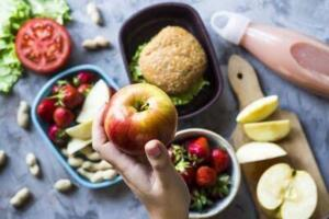 Probiyotik kaynağı olan kefir, ev yapımı yoğurt, tarhana çorbası ve turşu da bağırsaklar için menüde olması gereken yiyecekler arasında yer alır.
