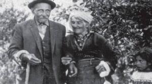 Aşık Veysel Şatıroğlu, 25 Ekim 1894 tarihinde Sivas'ın Şarkışla ilçesine bağlı Sivrialan köyünde dünyaya gelmişti. Veysel 7 yaşındayken çiçek hastalığı Sivas yöresinde hızlı bir şekilde yayılıyordu. Kardeşleriyle birlikte çiçek hastalığına yakalanan Veysel'in 2 kız kardeşi bu hastalıktan ölmüştü.