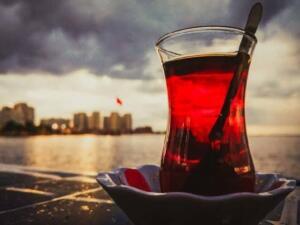 Bilimsel olarak yapılan çalışmalar sonucunda; siyah çayın ortak yararı olarak çayda bulunan L-Theanine sayesinde, rahatlama ve uzun süreli konstrasyon sağlama olduğu görüldü. Bu değerlendirmeler tamamen sağlıklı bireyler üzerinde yapılan çalışmalar sonucu ortaya çıkmıştır. Kalp, tansiyon gibi rahatsızlıklarınız varsa mutlaka çay tüketimi konusunda doktorunuza danışmalısınız.