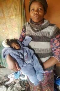 """Güney Afrika'da bir kadın Hutchinson-Gilford sendromu olarak da bilinen progeria hastalığına sahip bir bebek dünyaya getirdi. Fotoğrafları sosyal medyada alay konusu olan bebeğin büyükannesi, """"İnsanların ona isim taktığını duyuyorum. Bu çok acıtıyor."""" dedi."""