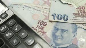 Hesaplamalara göre, 3600 ek göstergenin yasalaşmasıyla öğretmen, polis, hemşire, din görevlileri ve yöneticilerin maaşlarında brüt 107 TL, emekli aylıklarında 820 lira ve emekli ikramiyelerinde de 24 bin 600 lira artış olacak. KOMİSYON KURULACAK Sözcü'den Erdoğan Süzer'in haberine göre, Çalışma Bakanı Bilgin'in memur toplu sözleşme görüşmelerinde sözünü verdiği 3600 ek gösterge