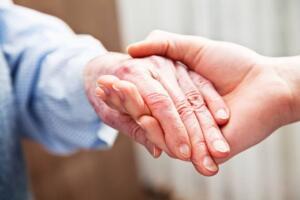 Evde Bakım Maaşı Nasıl Alınır? Evde bakım maaşı alabilmenin bazı yolları bulunmaktadır. E-ngel oranının %50 ya da üzerinde olması gerekiyor. Ayrıca sağlık kurulu raporu ile birlikte bunu tespit edilmesi ve belirlenen raporda A-ğır en-gelli ibaresini de olması gerekiyor. Başvuru yapabilmek için ikametinin bulunduğu Aile ve Sosyal Hizmetler İl Müdürlüğü ya da ilçe müdürlüklerine müracaat yaparak başvuru gerçekleştirebiliyorsunuz. Evde bakım parası her yıl asgari ücret gibi artış gösteriyor evde bakım parası her ay belirleme hesapları yatırılmaktadır. Aylık şu anki tutarı ise 1797 lira olarak ön plana çıkıyor.