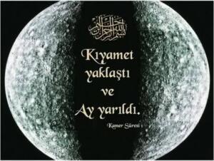 """Kamer suresi ilk üç ayeti; """"Saat (kıyamet vakti) yaklaştı ve Ay yarıldı. ... Abdullah İbni Mes'ud'dan, """"Biz Minada Allah'ın peygamberi ile birlikteydik ki Ay ikiye ayrıldı. Onun bir parçası dağın öbür tarafında iken diğeri bu yanındaydı. Allah'ın peygamberi bize """"şahit olun"""" dedi."""