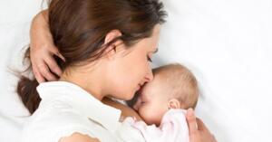 Peki, süt yoluyla koruma ne kadar sürebilir? Bu sorunun yanıtı belirsiz. Ortak görüş her gün emzirilen bebeklerin, sürekli antikorlu sütle beslenmeyenlere göre daha fazla korunacağı yönündedir. Yani düzenli alınan bir ilaç gibi etkili olacağı şeklinde yorumlanabilir. Genel anlamda enfeksiyonlardan korunmada anne sütünün anti-infektif ve immunmodülator etkisi öne çıkmaktadır. Anne sütü içeriğinde bulunan özellikle yüksek salgısal IgA ve diğer biyoaktif maddeler ile pasif doğal bağışıklık sağlanmaktadır